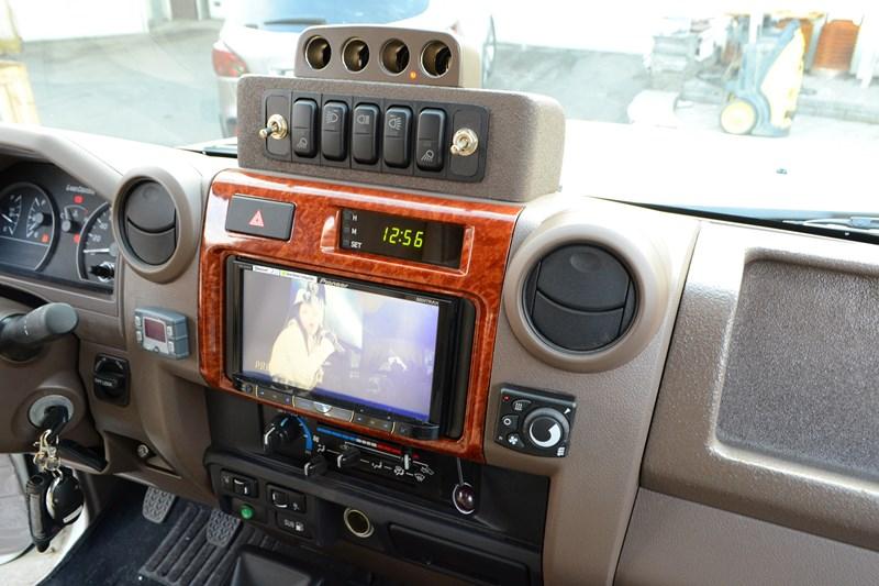 Установка головного устройства Pioneer X8500BT + блок навигации на Toyota Land Cruiser 78 в магазине автозвука и аксессуаров kSize.ru