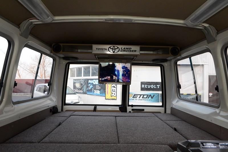 Установка дополнительного откидного монитора на Toyota Land Cruiser 78 в магазине автозвука и аксессуаров kSize.ru