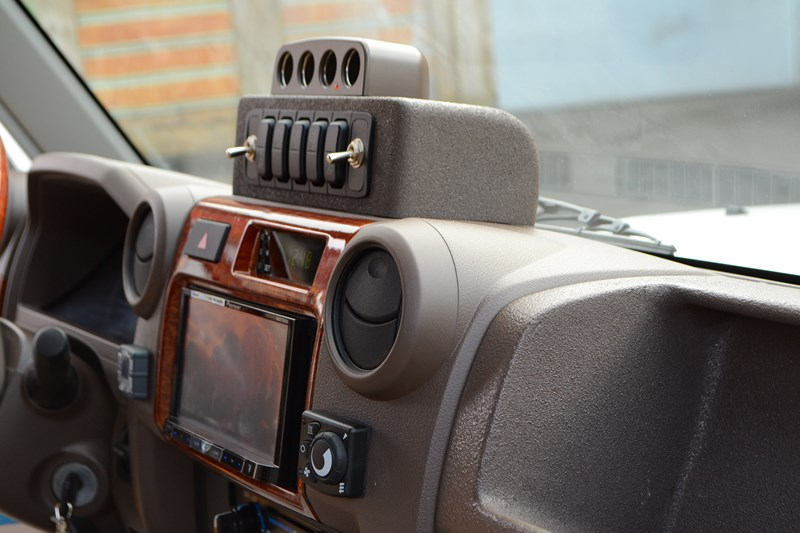 Изготовление подиума для размещения клавиш управления рабочим светом на Toyota Land Cruiser 78 в магазине автозвука и аксессуаров kSize.ru