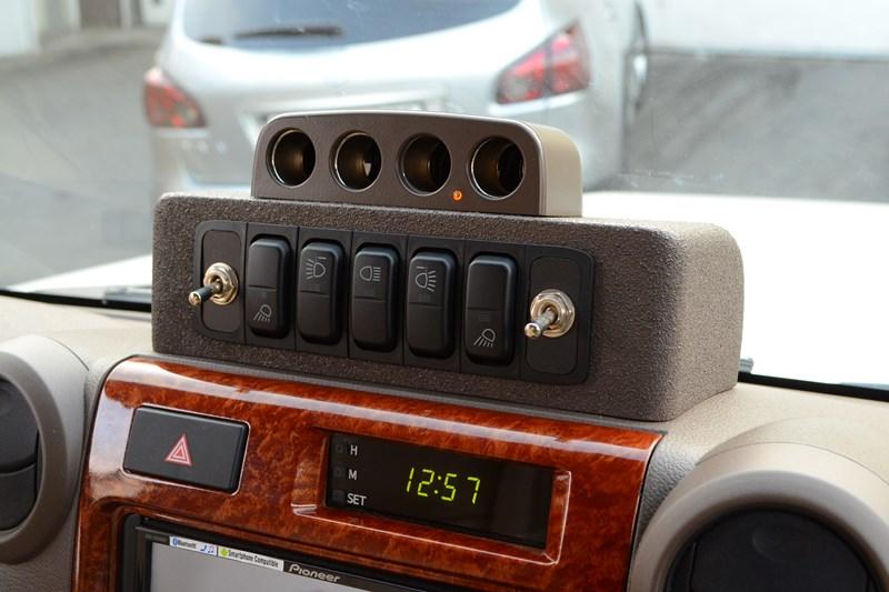 Подиум для размещения клавиш управления рабочим светомна Toyota Land Cruiser 78 в магазине автозвука и аксессуаров kSize.ru