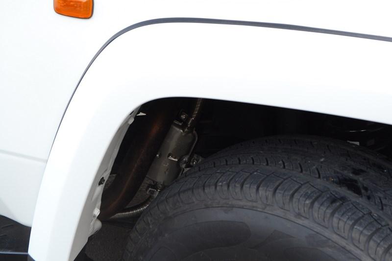 Прокладка проводки акустики на Toyota Land Cruiser 78 в магазине автозвука и аксессуаров kSize.ru