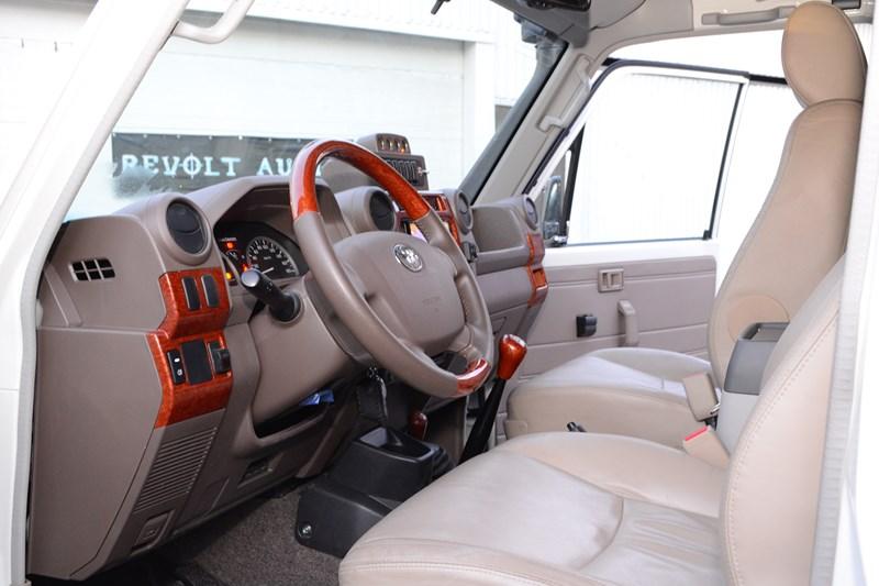 Водительское кресло на Toyota Land Cruiser 78 в магазине автозвука и аксессуаров kSize.ru