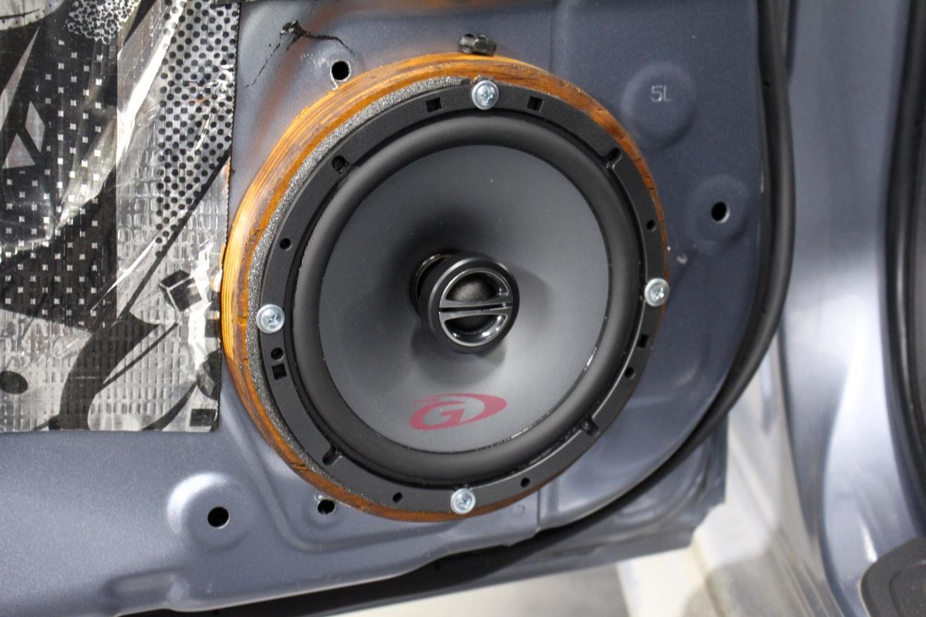 Монтируем новую акустику на новые подиумы в магазине автозвука и аксессуаров kSize.ru