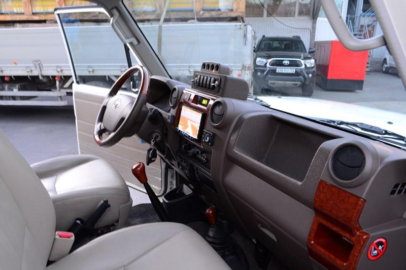 Замена передних сидений на Toyota Land Cruiser 78 в магазине автозвука и аксессуаров kSize.ru