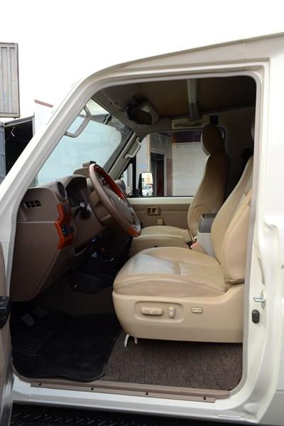 Установка сидений Toyota Land Cruiser 78 в магазине автозвука и аксессуаров kSize.ru