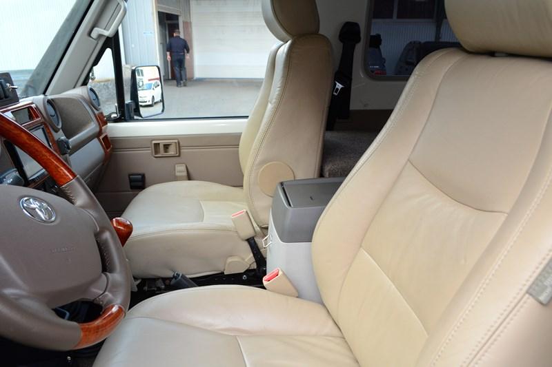 Замена водительского и пассажирского сидений Toyota Land Cruiser 78 в магазине автозвука и аксессуаров kSize.ru