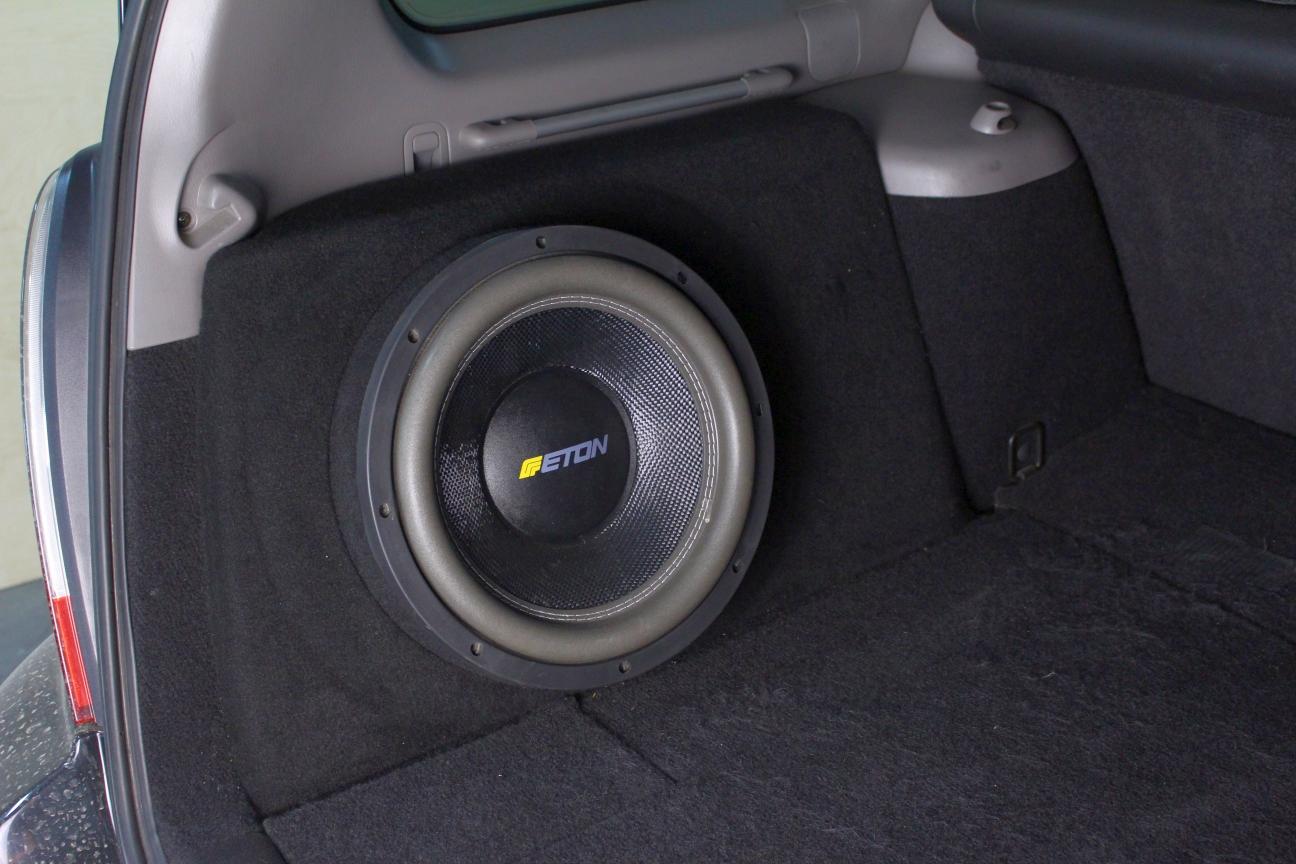 Установка Сабвуфера ETON на Subaru Forester SG в магазине автозвука и аксессуаров kSize.ru